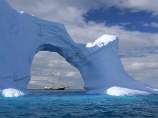 обои Арка изо льда и вдалеке корабль фото