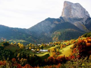обои Деревенька в горах осенью фото