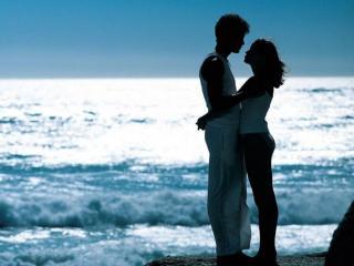 обои Влюблённая пара у моря фото