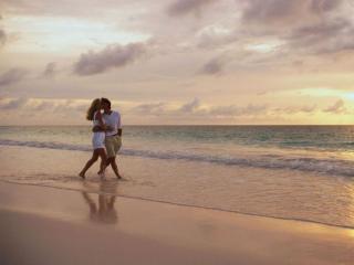 обои Влюблённая пара идёт по берегу моря фото