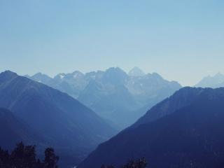 обои Горы в голубой утренней дымке фото