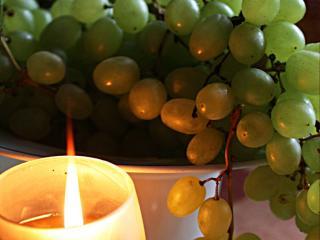 обои Свеча освещает виноград фото