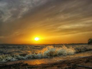 обои И гонит ветер волны на закате фото