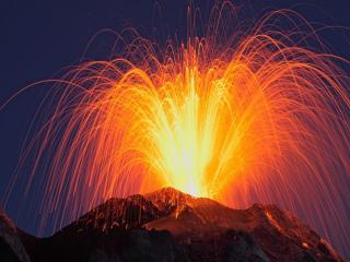 обои для рабочего стола: Красота ночного извержения вулкана
