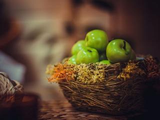 обои Зелёные яблоки в корзине фото