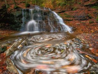 обои Водопад и водоворот в осеннем лесу фото