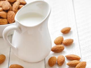 обои Ядра орехов и молоко фото