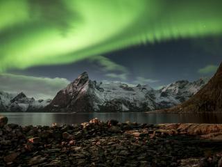 обои Северное сияние над горами фото
