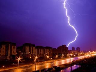 обои для рабочего стола: Молния над ночным городом