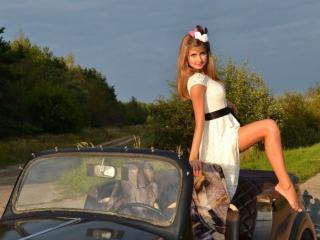 обои Девушка стоит в машине фото