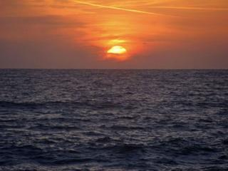 обои Солнце садится за тучку фото