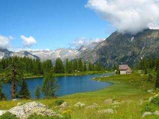 обои Одинокий домик у горного озера фото