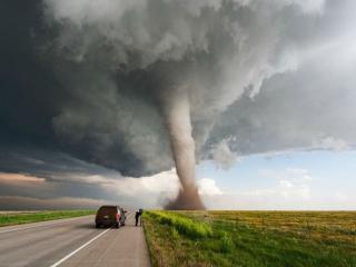 обои Торнадо в поле у дороги фото