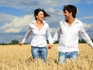 обои Влюбленная пара на ржаном поле фото