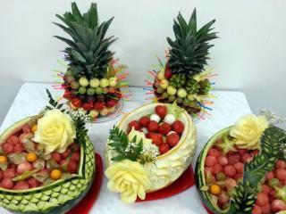 обои Корзины из арбуза и дыни,   два ананаса с фруктами,   цветы из ананаса фото