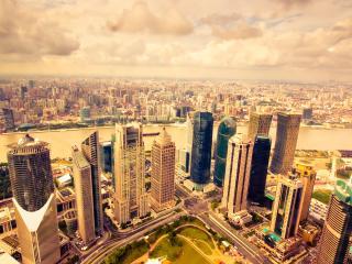 обои для рабочего стола: Высокие небоскребы на берегу реки
