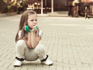 обои Девчонка в боевой раскраске сидит на брусчатке фото