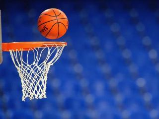 обои Баскетбольный мяч летит в кольцо фото
