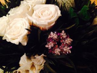 обои Брошь с букетом белых роз фото