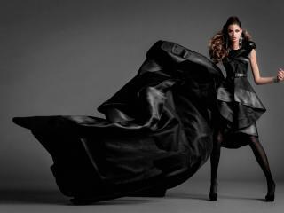 обои Топ модель с развивающимся черном платье фото