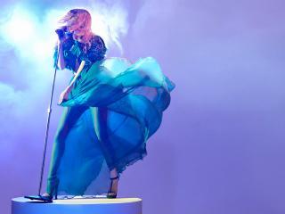 обои Певица на сцене в голубом тумане фото