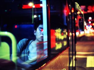 обои Парень уснул в ночном автобусе фото