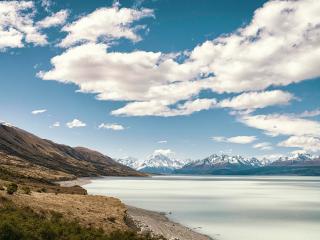 обои Горное озеро и голубое небо с облаками над головой фото
