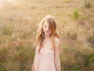 обои Девушка с соломенными волосами на поле фото