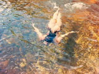 обои Голая девушка под водой фото
