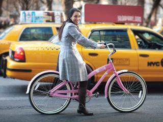 обои Веселая девчонка на розовом велосипеде фото