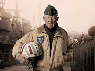 обои Старый американский вояка со шлемом фото