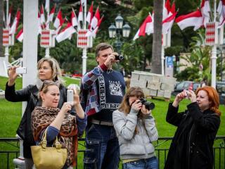 обои Группа туристов на фотосессии фото