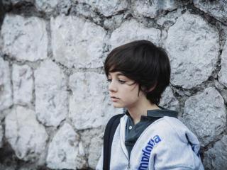 обои для рабочего стола: Мальчик у каменной стены