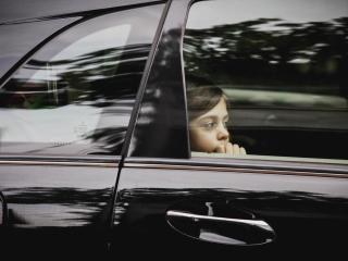обои Девочка за стеклом автомобиля фото