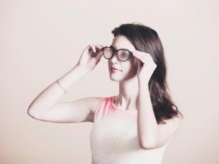 обои Девушка примеряет запотевшие очки фото