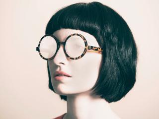 обои Стрижка каре и матовые очки фото
