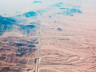 обои для рабочего стола: Автобан через пустынную местность
