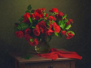 обои Букет алых роз на старой тумбочке фото