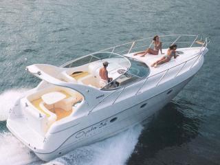 обои Трое на белой яхте фото