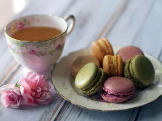 обои Чай с разноцветным пирожным фото