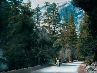 обои Туристы в горной местности фото