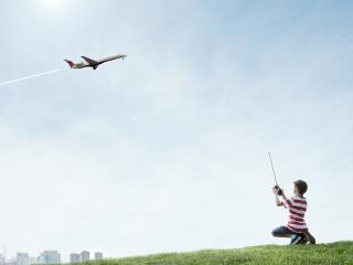 обои Пацан управляет самолетом фото