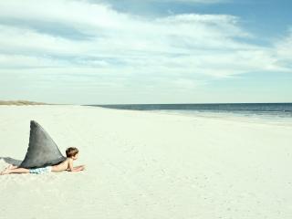 обои Пацан пугает людей на пляже фото