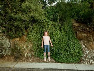 обои Девочка пытается слиться с лесом фото