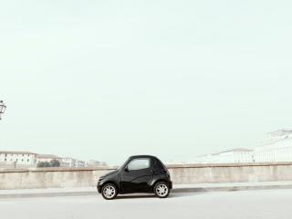 обои Одинокая машинка в пустынном городе фото