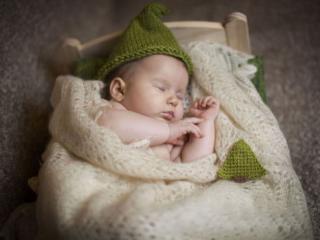 обои Малыш спит в оренбургском платке фото