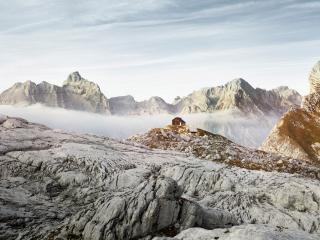 обои Одинокий дом на хребте горы фото