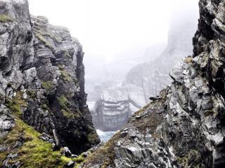 обои Прибрежные скалы с туманной дымкой фото