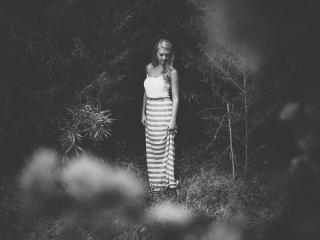 обои Черно-белый фотоснимок девушки в лесу фото