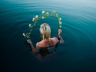 обои Девушка в воде с обручем из цветов фото